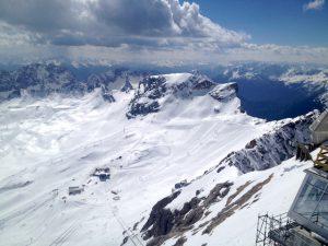 Ausblick auf einen Teil des Skigebiets auf der Zugspitze