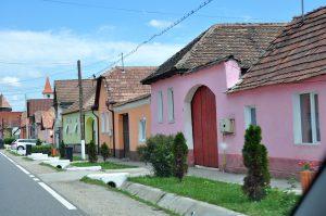 Bunte Häuser auf dem Weg durch Siebenbürgen, Rumänien
