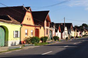 Dorf mit bunten Häusern in Siebenbürgen, Rumänien