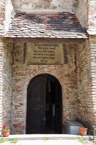 Eingang in die Kirche von Frauendorf, Axente Sever, in Siebenbürgen, Rumänien