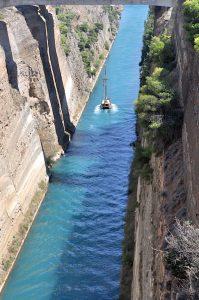 Kanal von Korinth mit Segelboot, Peloponnes, Griechenland