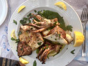 Calamares am Strandrestaurant Belvedere in Dounaika, Peloponnes, Griechenland