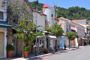 Einkaufsstraße in Katakolo, Peloponnes, Griechenland