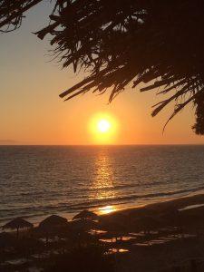 Sonnenuntergang am Strandrestaurant Belvedere in Dounaika, Peloponnes, Griechenland