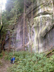 Wandern im Montafon - Felsformation mit Steingesicht in Relation