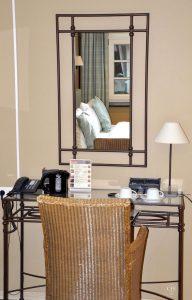 Chateau d'Urspelt, Zimmer mit Schreibtisch