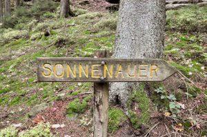 Wegweiser zur Sonnenuhr am Müllerthal Trail, Luxemburg