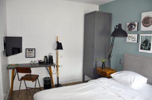 Eye Hotel Utrecht - Zimmer 206 mit Schreibtisch