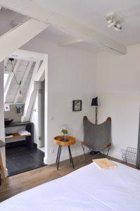 Eye Hotel Utrecht - Zimmer 207 mit Sitzecke und Bad