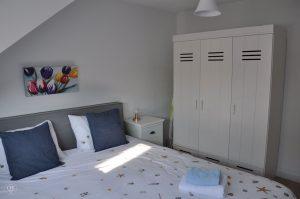 Het Melkjhuisje, Noordwijk, Schlafzimmer mit Kleiderschrank