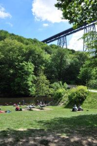 Wiese an der Wupper im Müngstener Brückenpark