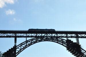 Zug auf der Müngstener Brücke