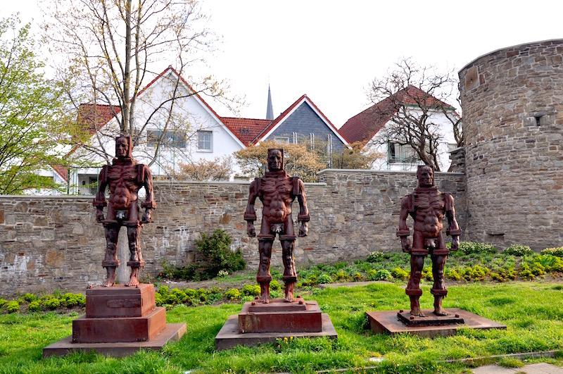Eisenmänner an der Stadtmauer in Hattingen