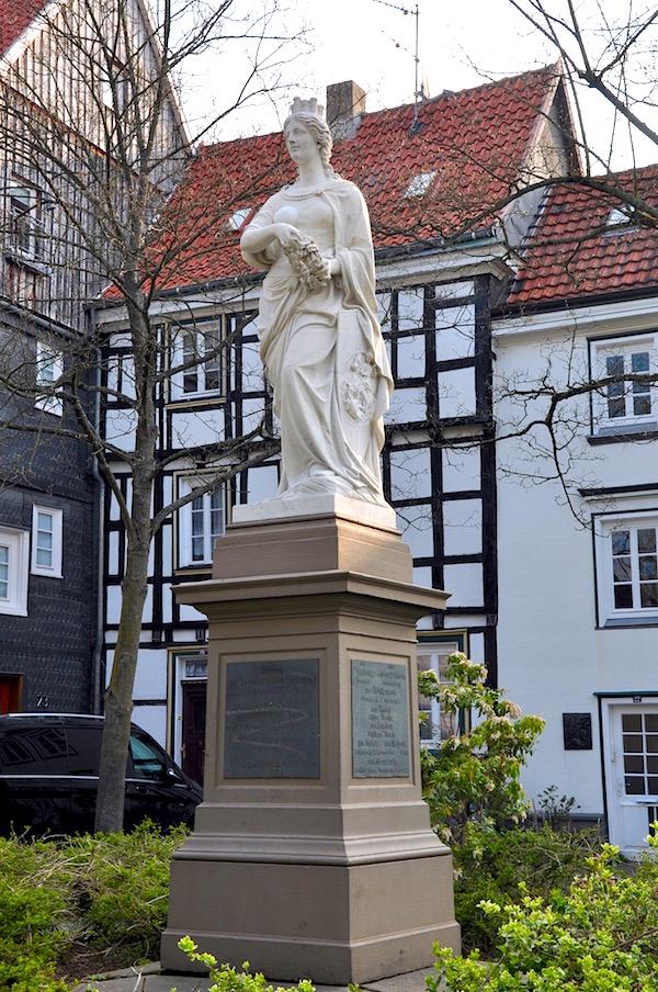 Hattingia Statue